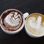 Bạn phục vụ, làm 2 ly latte có hình cute dễ sợ