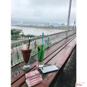 Quán này view trên tầng 5 rất đẹp vì nhìn được cảnh ngoài sông ,đồ uống ngon nhưng viên dễ thương thân thiện