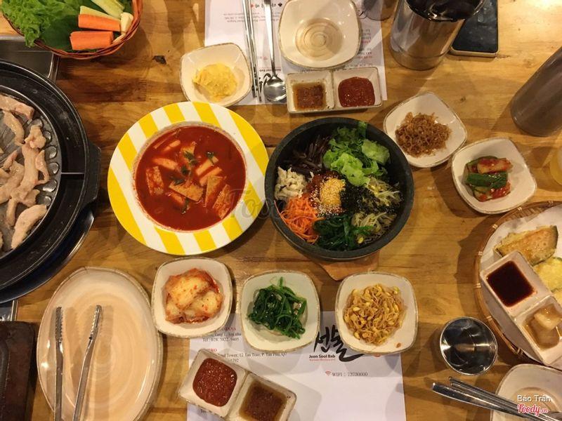 Trái qua phải ngay giữa bàn là 3 món chính. Lúc này chưa có súp kimcho và súp ăn kèm cơm