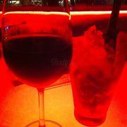 Này là sau khi ăn xong mình xuống bar chơi, mình order red wine. Bạn mình uống gì thì mình quên rồi. Giá khá ok, 2 ly vậy là tầm 400k