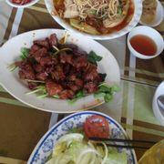 Canh chua + xà lách trộn + bò nướng ( nhìn nhìu chứ rau ở dưới ko à)