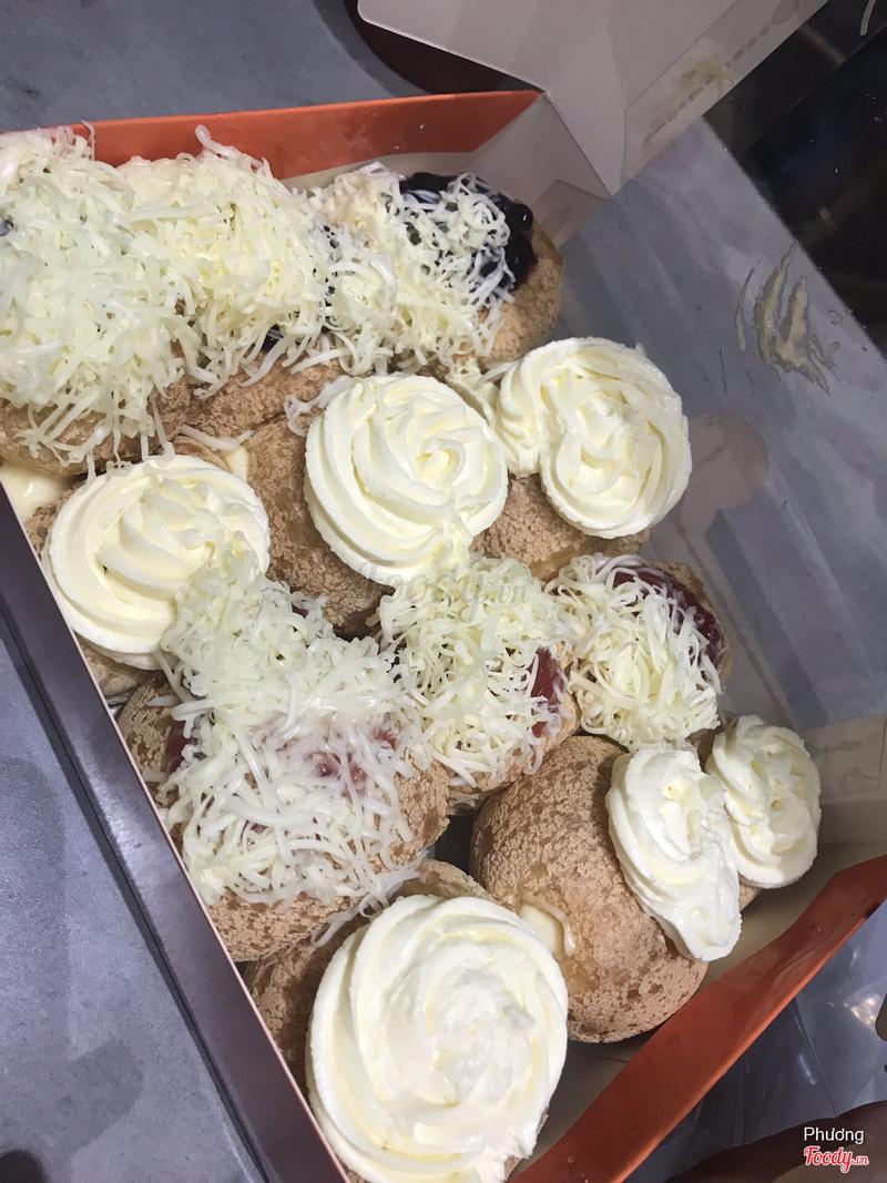 Nếu đem so hộp bánh này với hộp bánh của cửa hàng trên đường THĐ mình hay mua thì sẽ thấy khác một trời một vực, mình ko nghĩ cứ to là ngon đâu