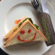 Sandwich dăm bông quay nóng ăn khá ngon miệng ah. Đây là 3 lát bánh kẹp dăm bông, xà lách, cà chua, sốt đủ cả nên ko hề đói nhé.