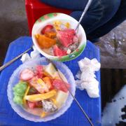 Hoa quả dầm ở đây rất ngon, các loại quả rất ngọt. Quán này rất đông khách và nổi tiếng tại bờ hồ