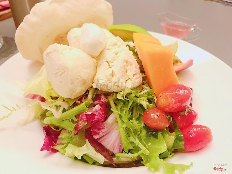 Salad với phô mai tự làm. Rất rất rất ngon. Nhớ trộn đều nhé
