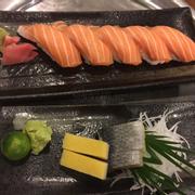 Sushi cá hồi + sashimi trứng cá trích ép