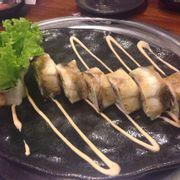 Sushi cuộn lươn. Lươn không được sốt đường như trong hình. Thịt mỏng, vị nhạt.