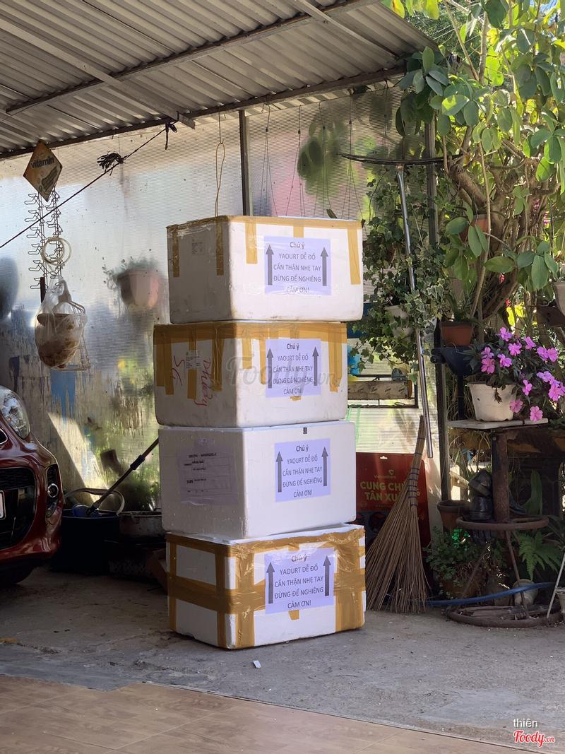 Mấy thùng người ta đặt để quán đóng gói giao. Quá đỉnh