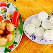 Yaourt cô Tiên vs trứng gà luộc lòng đào trên đường lên ngọn hải đăng Vũng Tàu, nhìn chung là đồ ăn ngon, không quá mắc bị cái tụi mình đi ngay chủ nhật nên khách đông lắm, 1 hũ yaourt này 7k và có loại 10k cho mang về, yaourt dẻo ngon vs lại ngọt vừa. Còn trứng gà thì ăn được, mình thấy nước chấm rất ngon,lạ,mặn mặn ngọt ngọt hơi cay, đây là trải nghiệm thú vị cho những ai muốn khám phá thêm những món ăn mới ở Vũng Tàu^^