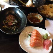 Một vài món đã gọi: thăn bò nướng sốt ponzu, sashimi cá hồi, cá tuyết hấp rượu sake, tempura tổng hợp. Món nào cũng ăn ổn hết, nhưng phải nói cá hồi với cá tuyết đều đặc biệt ngon.