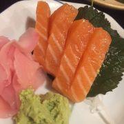 Sashimi cá hồi - 5 pieces ( ăn mất 1 rồi)