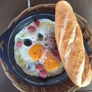 Bánh mì ốp la ăn sáng
