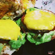 Hamburger bò phô mai khá ổn, miếng bò dày, phô mai nguyên lát dày phủ thêm bên trên