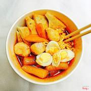 Món mới nhà Min Chef. RABOKKI CHẢ CÁ HÀN 35k gồm: mì Hàn, tokbokki, chả cá, trứng cút 35k/phần. Vị lạ, thơm, ngon, bánh gạo dẻo dai, đặc biệt nước sốt quá ngon 👍🏻