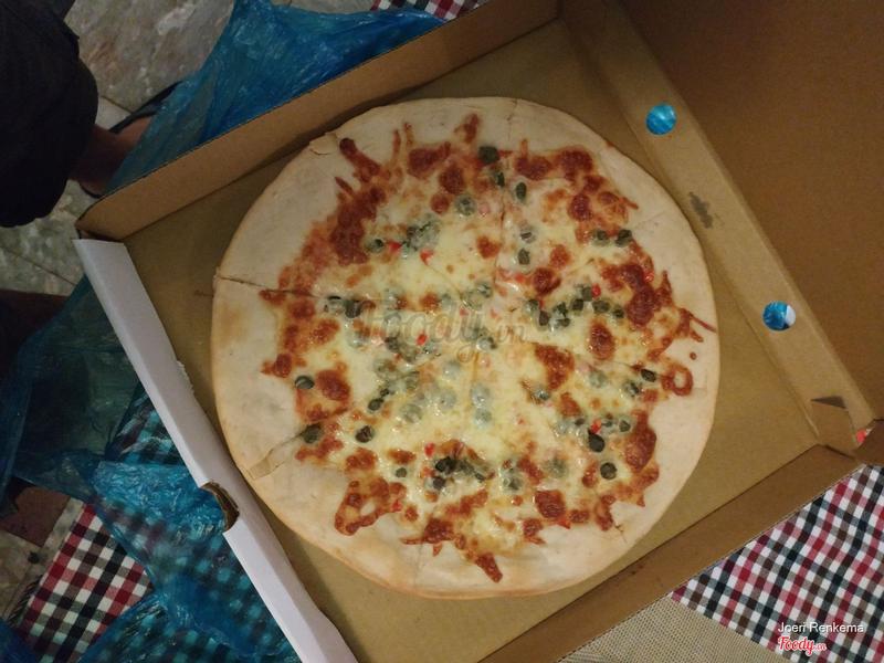 "The ""pizza Diavola"".. nice, large crust.. 👎"