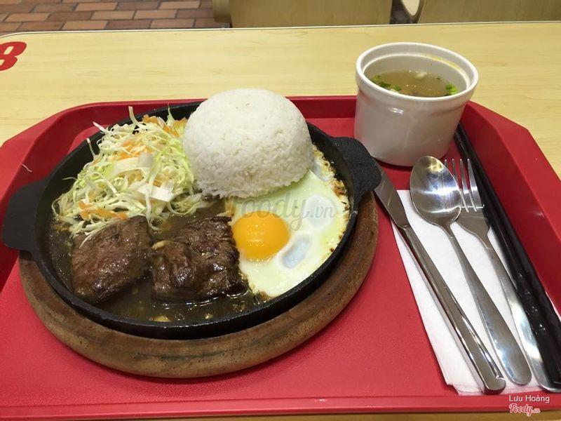 cơm bò trong đĩa nóng