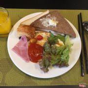 Buffet sáng thức ăn cực nhiều món, rất đa dạng, tươi ngon, thích nhất là rau ý, nhìn mơn mởn luôn.