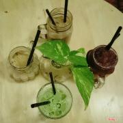 Nằm trên đường Nguyễn Huệ, ngay trong trung tâm SG. Quán không gian đẹp, nhân viên dễ thương nè, món uống okie ^^