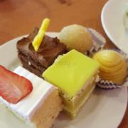 Bánh gato chocolate, lá dứa và hoa quả. Xa xa là bánh rán nhân trà xanh và nhân sầu riêng