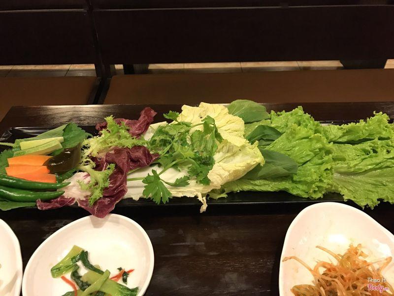 Đĩa rau để cuốn thịt vào ăn