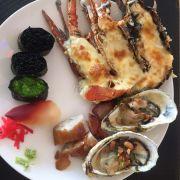 Tôm hùm bỏ lò nướng phô mai, sushi trứng caviar, hàu nướng...