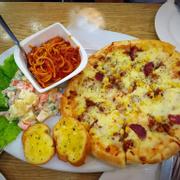 Combo 3 ng ăn: pizza cỡ lớn - mì ý bò bằm - bánh mì bơ tỏi - salad Nga - pepsi