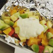 Salad hoa quả : hoa quả tươi , nhiều loại quả , 1 hộp cũng nhiều . Nhưng sốt k ngon vì đây là dùng sốt mayonnaise , ăn không hợp lắm , nếu thay thằng sốt kem ngọt và ngậy chắc sẽ ngon hơn