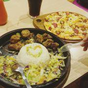 Quán đồ ăn nhanh chất lượng tạm ổn,pizza nên chọn đế dày ăn ngon hơn. Cơm sụn gà hơi nhạt,không hợp khẩu vị mình lắm. Nhân viên phục vụ khá tốt,không gian ấm cúng,giá cả tạm ổn.