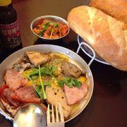 Phần ăn gồm trứng, jambon heo, jambon cá, chả, pate bò ăn kèm bánh mì với kim chi