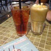 Sữa chua cà phê và trà mâm xôi. Quán khá là dễ thương