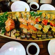 Sushi thuyền giá 200k cho 2-3 người ăn. Set này khá ngon, quán nhỏ nhưng nhân viên nhanh nhẹn, phục vụ tốt. Sẽ ghé lại nữa