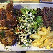 Đĩa nướng tổng hợp (gồm thịt gà, thịt bò, thịt lợn, khoai tây chiên và salad) cho 2 hay 3 người ăn