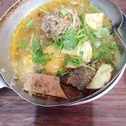 Ốp la thập cẩm, có trứng, khoai, xíu mại, xúc xích, nước sốt bò kho 18k