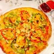 Đây là pizza hải sản! Từng này có thể dành cho 4 người ăn. Nhân bánh có tôm, mực, ớt chuông, tương cà và có vị tỏi! Sẽ rất thú vị nếu cùng bạn bè đến đây thử một lần.