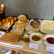 Bánh mì các loại và phô mai, mứt