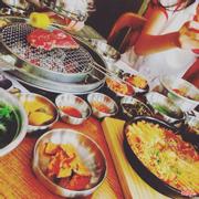 Thịt nướng kiểu Hàn Quốc: ở đây có đủ loại thịt từ thịt bò thăn, bò ba chỉ, thịt lợn tẩm ướp hoặc không tẩm ướp. Đồ ăn kèm cực nhiều và cực ngon, từ nhiều loại kim chi, nước chấm theo khẩu vị từng người, đến lá kim ướp dấm để cuốn thịt và đặc biệt là trứng phô mai ngay bên cạnh vỉ nướng. Trong lúc chờ thịt chín các bạn có thể ăn trước ngô nướng hay trứng pho mai.