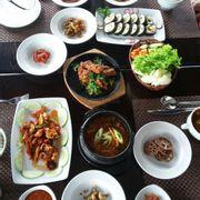 Kimbab- Bạch tuột xào sate - Sườn nướng kiểu Hàn - Canh thịt bò kimchi đậu hũ-  panchan các loại