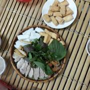 Thực đơn ở đây bao gồm bún đậu, bún thịt, bún đậu thập cẩm. Ngoài ra các bạn con có thể gọi thêm đậu, thêm thịt, thêm chả cốm và thêm nem chiên......