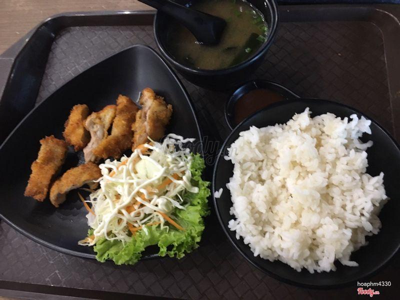 Cơm gà - gà rán thơm giòn ngon- hơi ít gà nếu ăn vs 1 bát cơm.