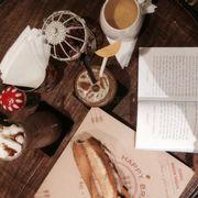 Bánh mì siêu ngon, không đẹp không có gì để chê, đồ uống cũng tuyệt nốt, phục vụ tốt, có cả sách để đọc