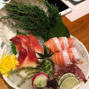 sashimi cá hồi - sò đỏ