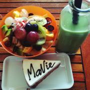 Trà sữa thái + hoa quả thập cẩm + bánh ngọt
