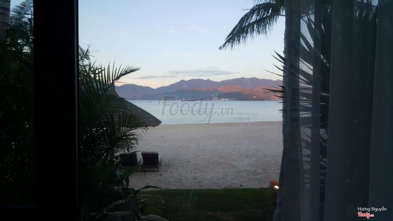 View từ phòng ra biển vào sáng sớm