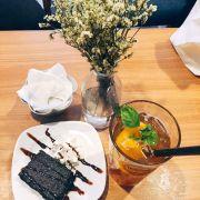 Bánh Brownie ngon, hơi ngọt, miếng đào ở trà giòn giòn đáng yêu 🌿🌿