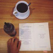 Sách của quán, trà gừng, mojito blueberry