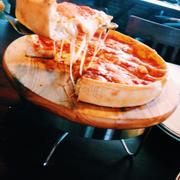 Pizza nhồi siêu no 1 slice là đủ