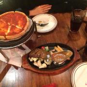 Pizza nhồi phomai và bò sốt nấm