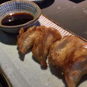 Món gyoza này chiên ngập trong dầu, không giống với phiên bản mình được ăn ở nhà hàng Nhật khác! Ăn mau ngán