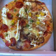 Pizza xúc xích vs gà