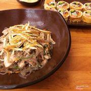 Miến japchae cay và trứng cuộn